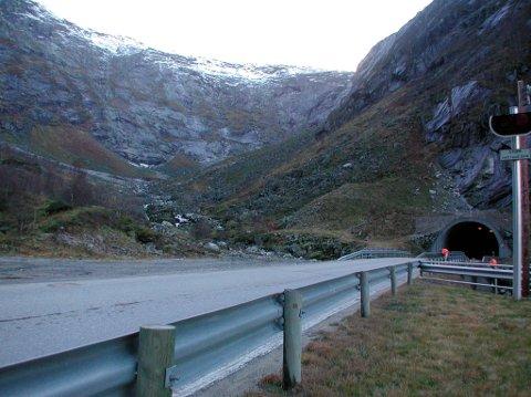 VEDLIKEHALD: Fjærlandstunnelen ligg på riksveg 5 i Sunnfjord og Sogndal kommune. Tunnelen er 6397 meter lang.