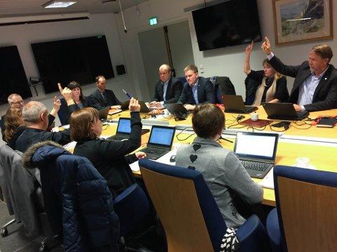 Fylkesutvalmøte stemmer over Fjord1-salet. Noralv Distad saman med Sonja Øvre-Flo og Anne Lilleaasen.
