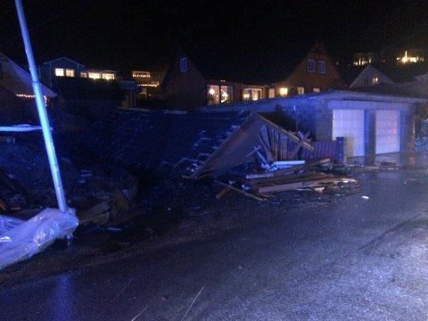 To personar blei skadde då eit garasjetak blei teke av eit vindkast.