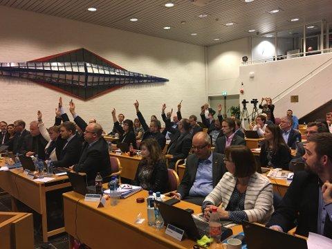 HISTORISK: Fylkespolitikarane i Sogn og Fjordane sa onsdag ja til Vestlandsregionen. Her reiser nei-sida hendene, men i mindretal.