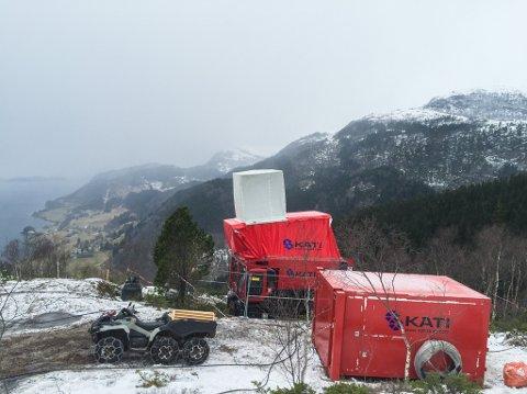 OMSTRIDD PROSJEKT: Nordic Mining vil vinne ut rutil og granat frå Engebøfjellet, men det planlagde sjødeponiet har skapt strid. Her går det føre seg prøveboring på toppen av fjellet.