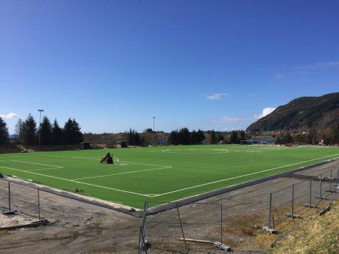 KUNSTGRAS: Fleire fotballbaner i Sogn og Fjordane har kunstgras. Denne ligg på Atløy.