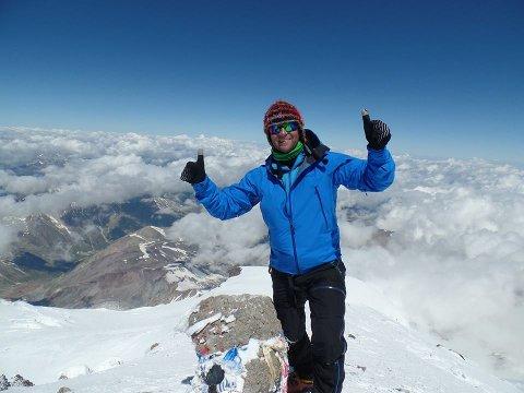 Håkon Åsvang på toppen av Elbrus i 2014.