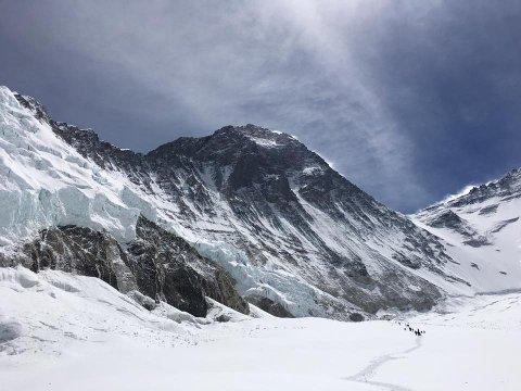 Mount Everest ruvar i bakgrunnen. Menneska blir veldig små.