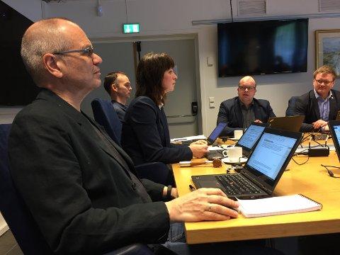 Fylkesrådmann Tore Eriksen, fylkesordførar Jenny Følling (Sp), gruppeleiar for Sp Sigurd Reksnes og Aleksander Øren Heen (Sp)