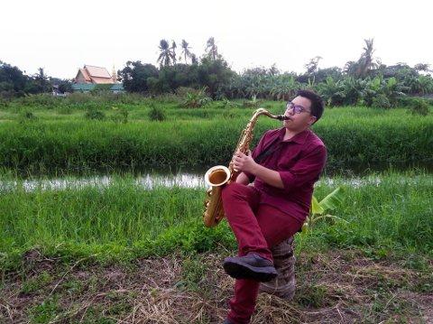 SAKSOFON: Med mykje tid til rådigheit bestemte Jim seg for å ta med seg saksofonen til Thailand for å forsøke å lære seg noko nytt.