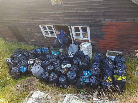 FEKK IKKJE LEVERT SØPPELET: Edvin Landøy måtte lagre alt søppelet i sjøbua si før Fjordkysten Friluftsråd utplasserte ein container på Atløy.