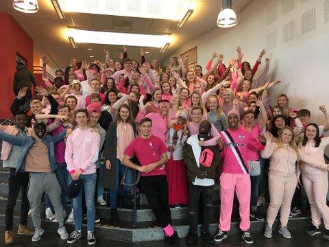 ROSA GJENG: Store delar av elevane på Flora VGS gjekk for rosa på onsdag, for å markere si støtte i kampen mot brystkreft.