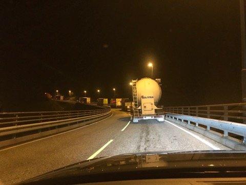 Bildet viser delar av køen på sørsida av Jernfjell-tunnellen på E39 torsdag kveld.