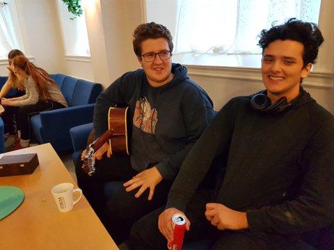 STAMGJEST: Borgar Bjarkason er på Open skule alle kveldane dei har ope. Her med Iben Solberg.