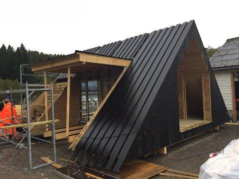 DAGSTURHYTTE: Denne hytta står på Sandane, men både den som, skal byggast i Askvoll og i dei andre kommunane skal byggast over same lest.