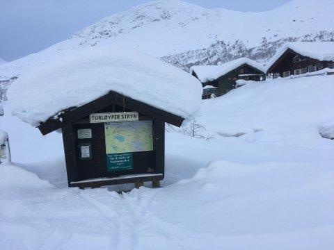 Informasjonsskiltet viser kor mykje snø som har komme.