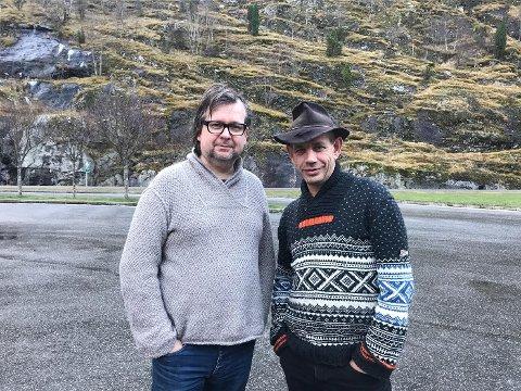 SKUFFA: Bokforfattar Finn Tokvam og Leif Einar Lothe kan ikkje forstå korleis folk tok med seg rundt 50 bøker frå Notabene i Førde under signeringa på laurdag. Dei er no på veg til Hardanger.
