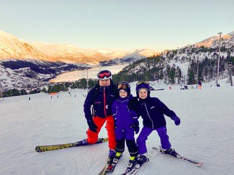 ALPINGLADE: Geir Tonning og sønene Heine (6) og Isak (8) Hoel Tonning brukte søndagen i skibakken på Vassenden.
