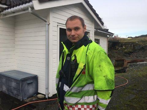 GIR SKRYT: Nils Ove Vetti, innsatsleiar i brannvesenet, rosar huseigaren for sløkkejobben han gjorde.