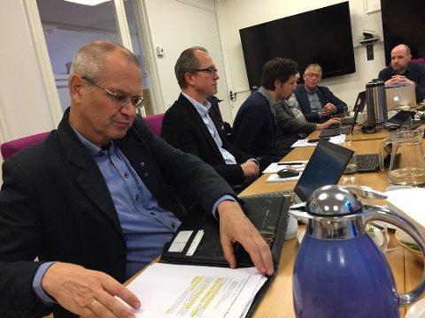 FÅR KRITIKK: Fylkesrådmann Tore Eriksen må nok ein gong møte hos Kontrollutvalet. Dette biletet er frå eit møte i fjor, då det storma rundt ulovlege innkjøp av konsulenttenster.