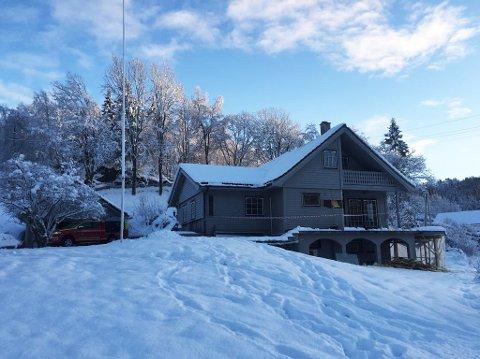 BRANN: Politi, ambulanse og brannvesen rykte ut til huset på Hukset i Naustdal laurdag.