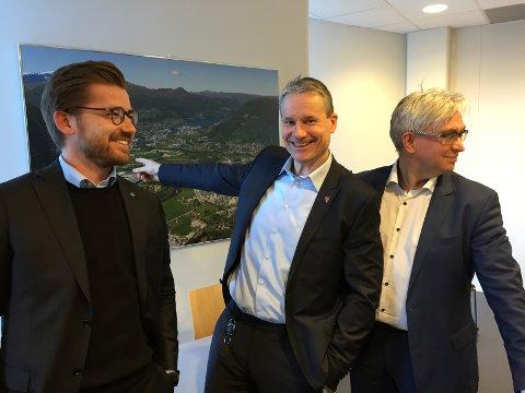 PRESSEKONFERANSE:Sveinung Rotevatn (V), Olve Grotle (H) og Andre Skjelstad (V) presnterer nyhendet.