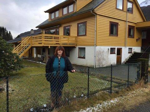 Tove Refsnes Midtbø framføre verandaen og tilbygget som har fått så mykje merksemd frå ordføraren.