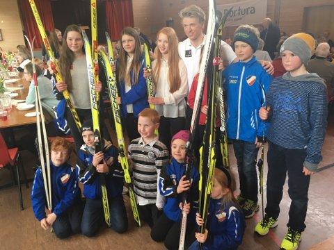 FORBILDE: Jon Rolf Skamo Hope blei mellom anna tatt imot av denne gjengen med ski på beina utanfor samfunnshuset.