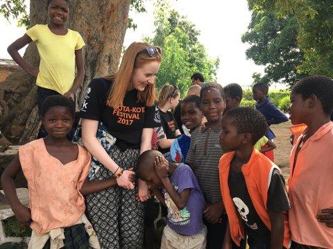 HJELPER BARN: – Mange trur at vi reiste til Malawi for å redde barn som leid av svolt – det var ikkje hensikta. Vårt fokus var og er på elevane og på deira utdanning. Det er dét pengane går til, seier Edwina Ann Kronen Rossi (bildet).