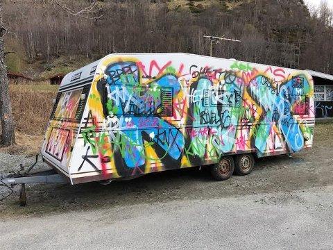 HÆRVERK: - Dei som står bak dette, har brukt ganske mykje tid, konstanterer Hans Johan Breidablik, som sel campingvogna si etter hærverket.