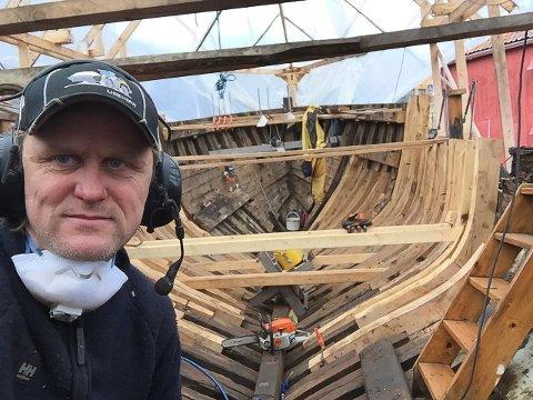 """Tom Ivar Brate i arbeid ombord på """"Fabrikklaget II"""""""