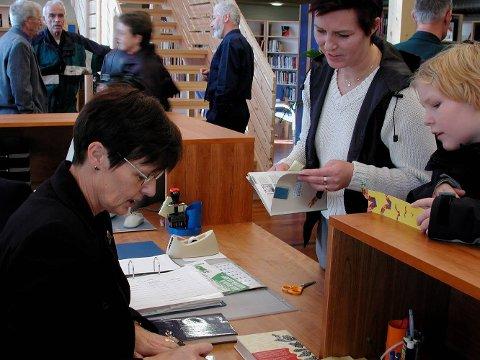 PENSJONIST: Bildet er frå opninga av nytt bibliotek. Biblioteksjef Randi Bjørneset fekk det ekstra travelt med å låne ut bøker på opningsdagen.
