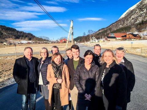 DEN GLADE BODSKAP: Regjerings- og støttepartia kjem til å snakke om satsingar og lovnadar til fylket, som her, då det handla om opprusting på E39. Frå venstre ser vi Anne Mette Hjelle (V), Britt Dalsbotten (Frp), Tore Storehaug (KrF), Gunhild Berge Stang (V), Frida Melvær (H), Mathias Råheim (H), Lars Svein Drabløs (Frp), Olve Grotle (H), Anne Lilleaasen (H) og Bjørn Lødemel (H).