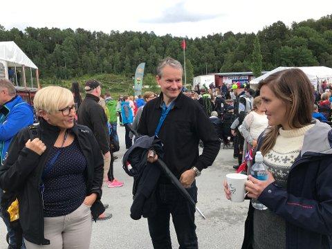 Både Liv Signe Navarsete og Olve Grotle var raskt framme med å gratulere Elisabeth Skudalsnes med plass i Kongelaget torsdag kveld.