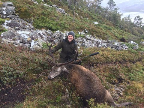STØRST: Her kan Joakim Knapstad endeleg sjå at etter 24 år i hjorteskogen har han suksess med å felle ein storbukk.