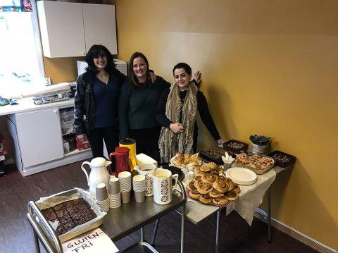 GODT OPPMØTE: Sahar Chihab Eddin (t.v) , Ingrid Skaar Døskeland og Amany Albarbour gler seg over godt oppmøte på bytekle-kafeen på Sande. gler seg over godt oppmøte på bytekle-kafeen på Sande. Der var alt gratis, både kle og kaffimat.