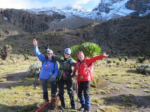BONUSÅR: Torny Nygard (til venstre) kallar åra sine etter hjartestansen for bonusår. Fem år etter at ho døydde, og kom til liv att i Amsterdam, fullførte ho reisa til Afrika og besteig Mount Kenya saman med Anne Helen Eidsheim (midten) og Arnhild Hatland.