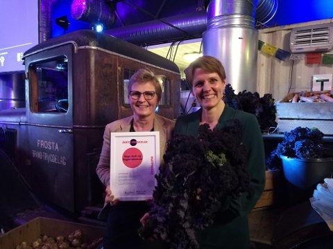 DIPLOM: Lærer Gry Tokvam og elev Elin Rømo Grande tok imot prisen på vegne av Sogn Jord- og Hagebruksskule.