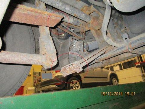 ALVORLEG: Lastebilen som vart stoppa i Førde hadde fleire manglar. Blant anna knekt fjør på framakselen si venstre side og luftfjøring som ikkje verka som den skulle, skriv Vegvesenet i rapporten.
