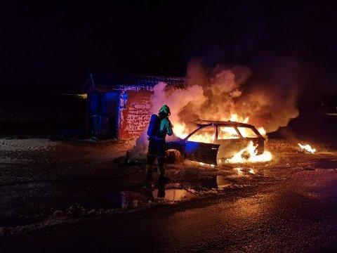 UTBRENT: – Det er ein gamal bil som har tatt fyr, og den er heilt utbrent, seier Sigvald Kvinge, brannsjef i Gulen og Masfjorden til Avisa Nordhordland.