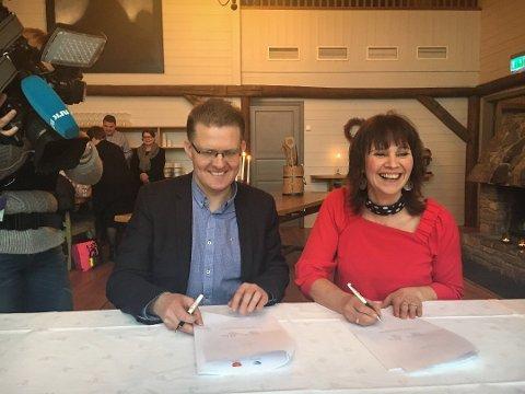 SMILTE DEN GONG: Slik var stemninga, då Hordalands varaordførar Pål Kårbø og Sogn og Fjordanes fylkesordførar Jenny Følling signerte intensjonsavtalen om fylkessamanslåing. Seinare vart det krangel.