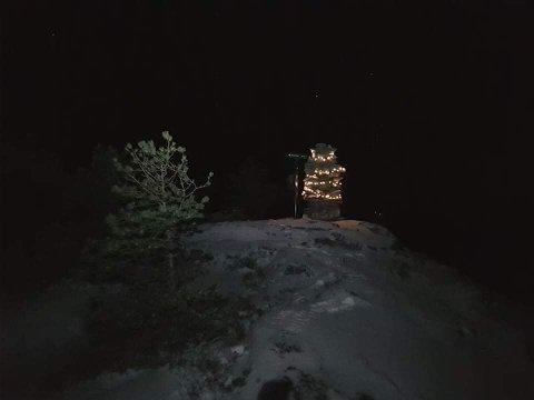 ADVENTS-VARDE: Dette synet møter deg om du går på Rossvikheia i førjulstida.