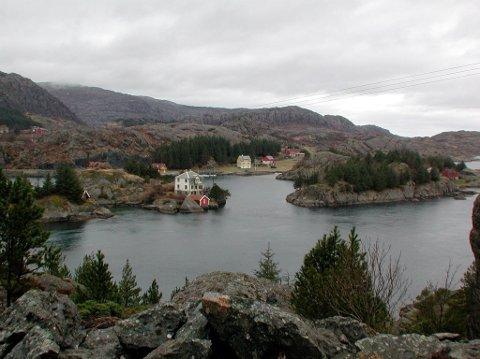 KARANTENE: Seks elevar og ein føresett måtte i karantene etter å ha hjelpt teateret å bere utstyr i Solund onsdag.
