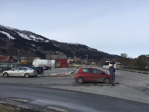 TRAFIKKUHELL: Tre bilar har vore involvert i eit mindre uhell i krysset mellom riksveg 5 og fylkesveg 611 i Naustdal.