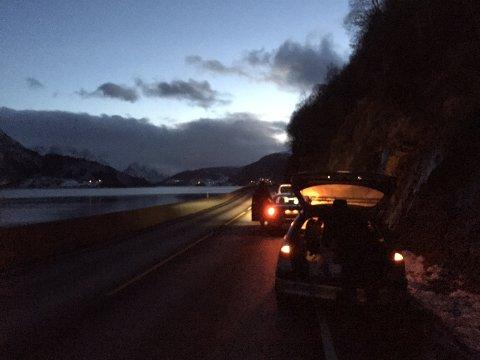 ØYDELAGT DEKK: Dekket på ein bil som køyrde mellom Naustdal og Førde eksploderte plutseleg. Fleire andre bilistar har stogga for å hjelpe.