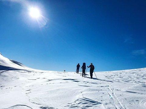 VER VARSAM: Skal du på fjellet i påska må du følgje med på skredvarselet, oppmodar Røde Kors.
