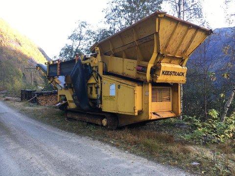 BLYTUNG: Denne store anleggsmaskina vart stole frå Jordal, nokre kilometer frå Fjærland i Sogn.