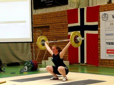SØLV: Kristina Støfring frå Jølster var ein av fire jenter i Sogn og Fjordane-troppen. Ho løfta til sølv i klasse 75 pluss.