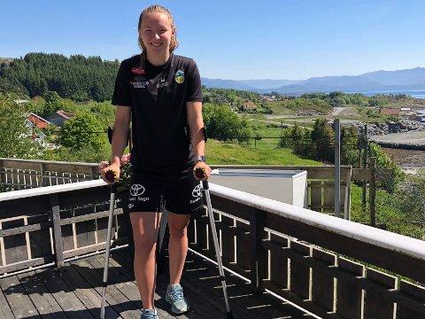 PÅ HEIMEBANE: Medan resten av laget til Miriam Vilnes Mjåseth i helga spelar bortekamp mot Byåsen i Trondheim, er ho sjølv heime på Atløy. Kaupanger-spelaren har roke korsbandet og er ute i rundt eitt år.