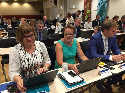 I GANG: Fylkestinget er i dag samla, og sendinga kan du følgje på videooverføring. I forgrunnen ser ein Gunn Åmdal Mongstad, Karen Marie Hjelmeseter og Aleksander Øren Heen.