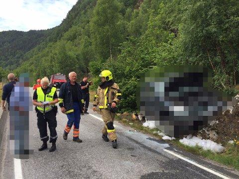 TOK FYR: Ein bil med ei kvinne i 70-åra tok fyr etter å ha krasja ved Hellebø i Høyanger onsdag føremiddag.