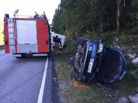Ein bil har køyrt av vegen med campingvogn. Begge ligg no i grøfta ved Økslandsvatnet mellom Sande og Vadheim. Det var fem personar i bilen.