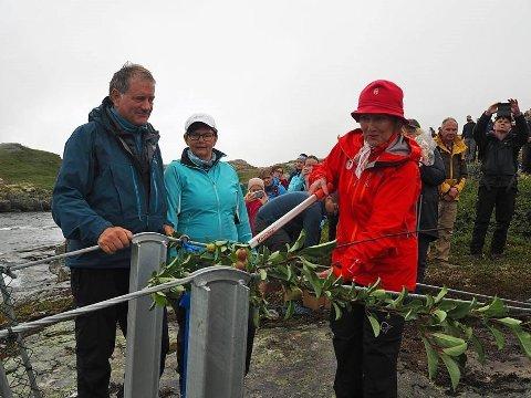 OPNA PROSJEKT: Dronning Sonja opna Rjukande Bru over Opo-elva. Brua gjer det lettare å komme seg til Skrikjofossen og Hardanger Fjellsti.