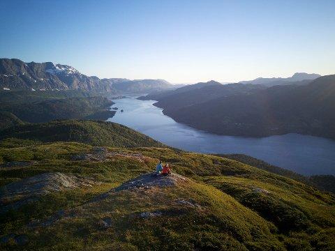 NATURSKJØNT: Flott utsikt over førdefjorden frå Nordheiane. Ein treng ikkje gå langt for flott natur.